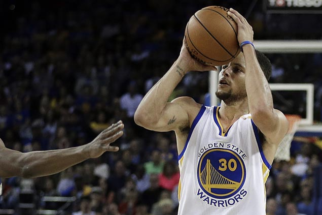 Steph curry makes his record 13th three pointer against the pelicans