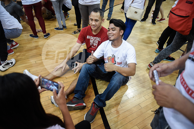 Jvee Casio and a fan with a sit-down selfie.