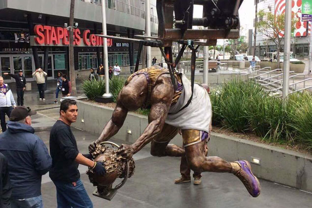 Lakers honor Shaq with huge statue outside arena