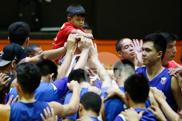 Alapag teaches his kid basketball; more than that, he teaches him value of hardwork