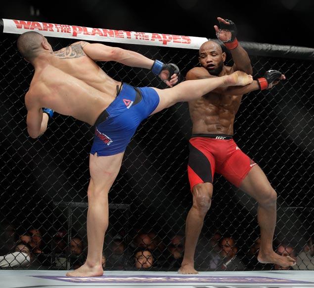 Robert Whittaker endures knee injury to beat Yoel Romero for UFC middleweight title
