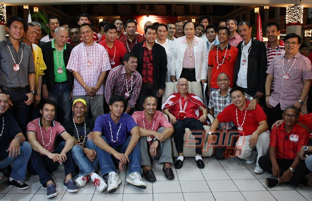 Former and current Warriors join Dalupan during a group pose. Photo by Jerome Ascano