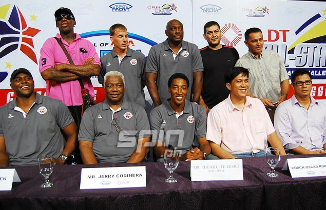 Joining Scottie Pippen, middle front row, in the press conference are, from left front row, Horace Grant, Oscar Robertson, Jerry Codinera and Jojo Lastimosa and, back row, Dennis Rodman, Jason Williams, Mitch Richmond, Bong Hawkins and Vince Hizon. Photo by Jerome Ascano