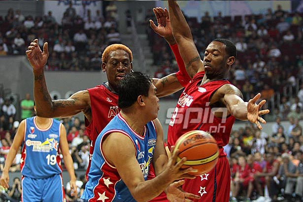 Nelson Asaytono is double-teamed by Dennis Rodman and Chris Campbell. Photo by Jerome Ascano