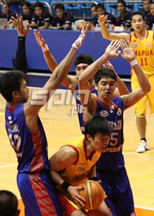 Mapua's Gab Banal is trapped by a trio of Arellano defenders. Photo by Jerome Ascano