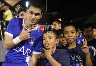 Phil Younghusband shares a light moment with the Tuloy sa Don Bosco boys. Photo by Jerome Ascano