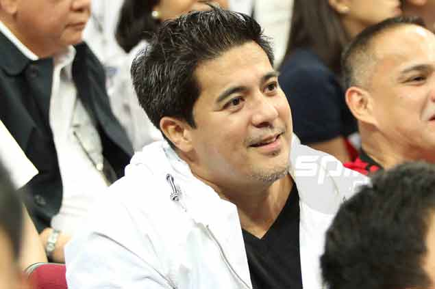 Actor Aga Muhlach, Charlene's husband, meanwhile, is all smiles under the lights. Jerome Ascano