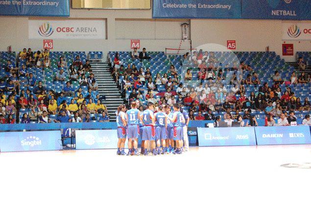 Perlas Pilipinas huddles at centercourt. Reuben Terrado