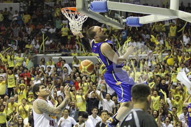 Kelly Williams highlights the Texters' Game Four romp with a highlight-reel two-handed dunk. Jerome Ascano