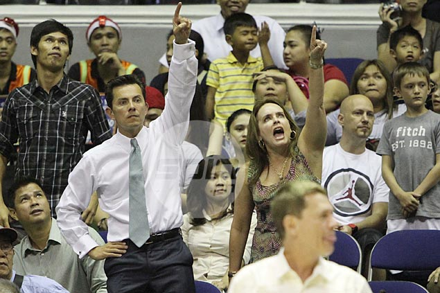 Alaska team owner Wilfred Uytengsu and his wife Kerri point to the Big Dome's giant monitor, which showed replays of the Rob Reyes shot. Photo by Jerome Ascano