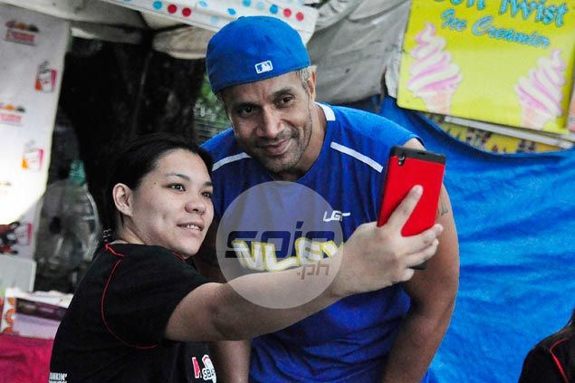 Asi Taulava poses for a selfie with a fan. Dante Peralta