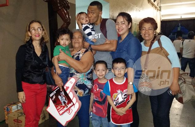 Calvin Abueva with his entire family. Photo by Snow Badua