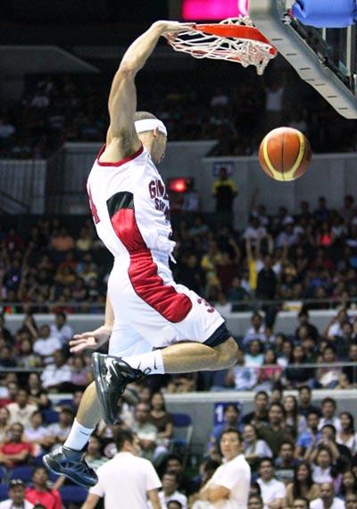Chris Ellis throws down a dunk against Air21. Nuki Sabio/ PBA Images