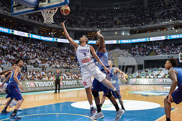 Tony Parker breaks down the Gilas defense for an easy layup