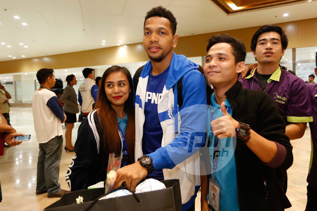 Fans mob 'The Blur', Jayson Castro.