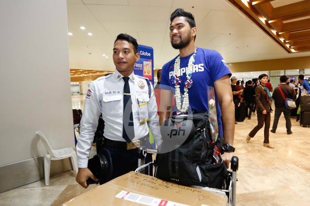 RDO takes time for a photo-op with the airport security