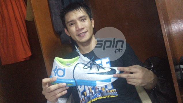 James Yap shows off his lucky shoes. Snow Badua
