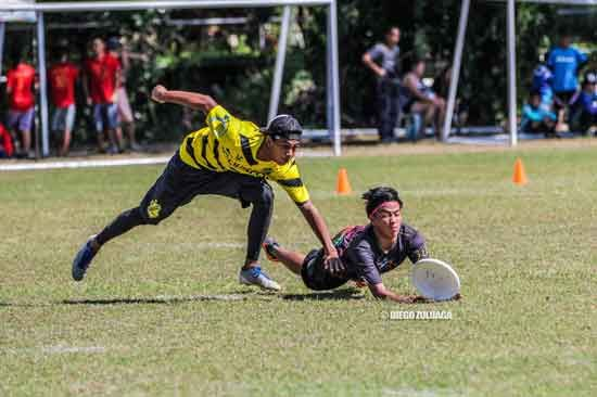 "Players ""lay out"" to keep possession of the disc. (Photo: Diego Zuluaga)"