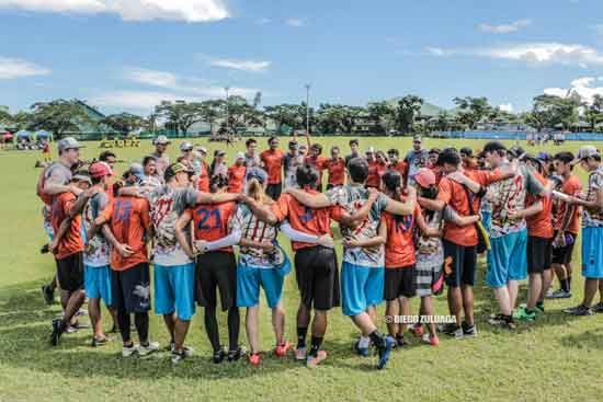 Teams huddle after games to celebrate the competition. (Photo: Diego Zuluaga)