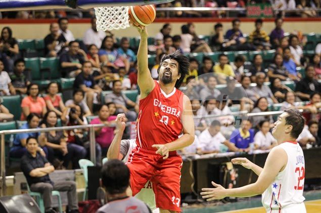 Former Ginebra star Marlou Aquino goes for a layup. Jerome Ascano