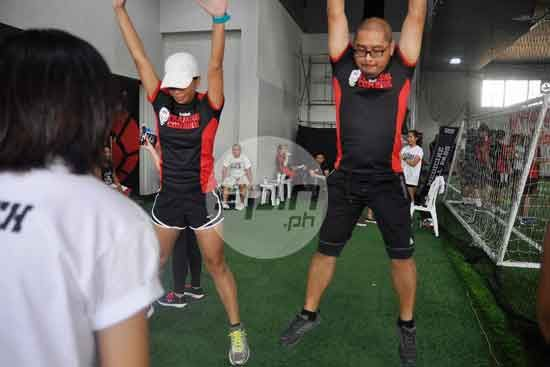 Runner and blogger Roselle Dadal and SPIN.ph section Rhoel Fernandez section editor doing Vertical Jumps.