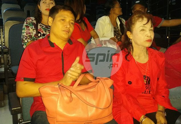 Mommy D watches the weigh-in with boyfriend Michael Yamson. Snow Badua