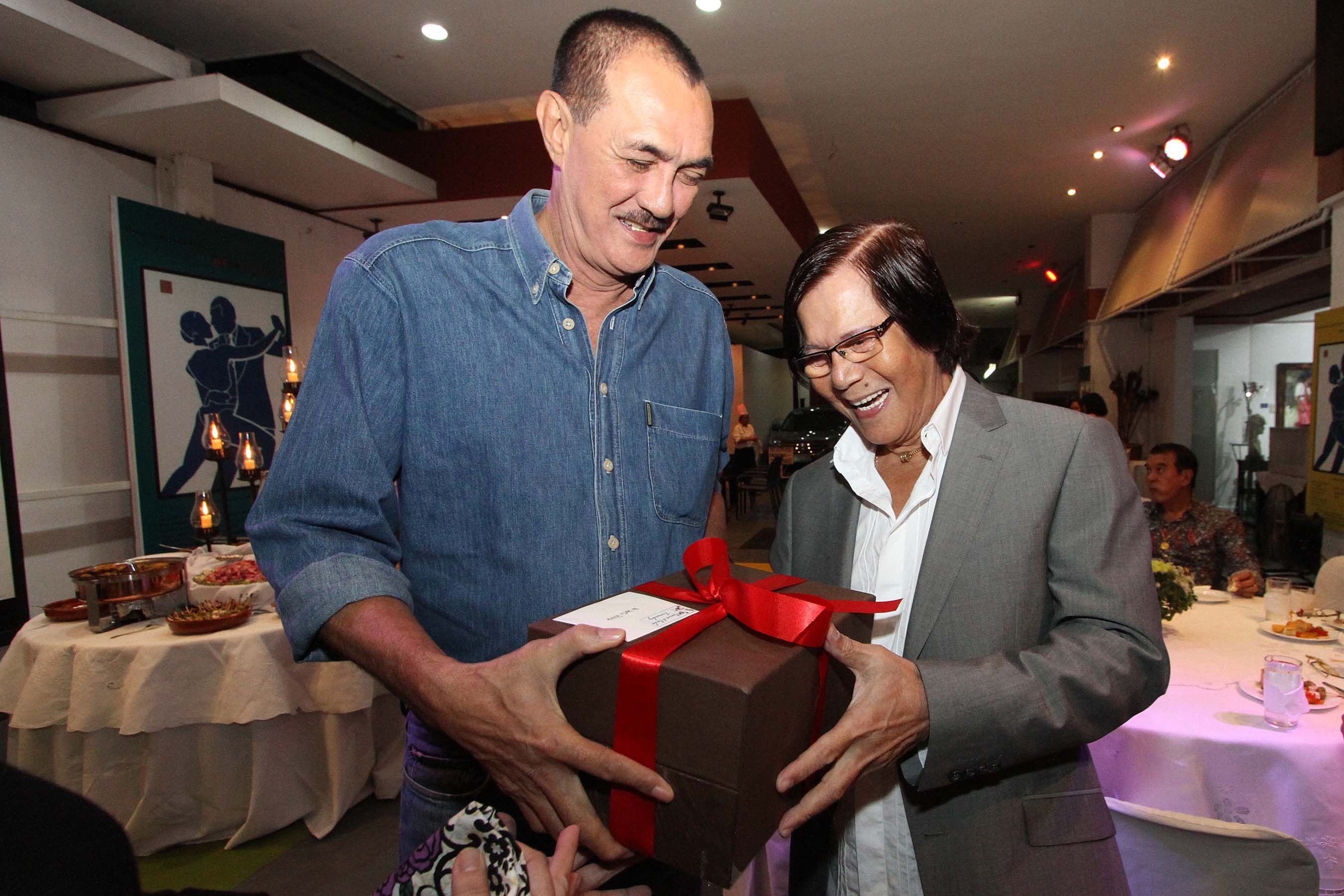 Mon Fernandez presents a gift to his former coach at Toyota, Dante Silverio, during his 77th birthday. Jerome Ascano