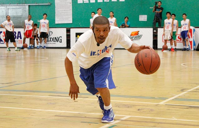 Former NBA guard Bogues finds pleasure in teaching kids the game