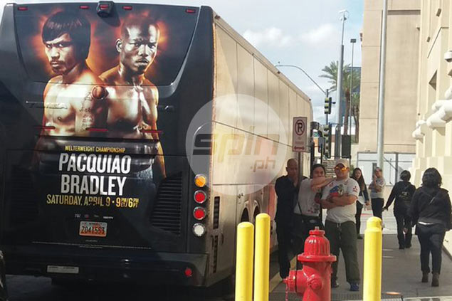 The Pacquiao team bus awaits its VIP passenger for the trip back to LA></span></p> Gerry Ramos