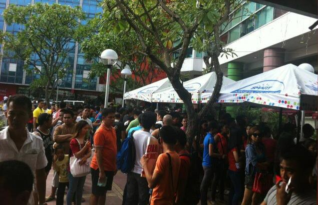 Throngs of hardcore hoops fans eagerly await their turn to get tickets for Game One of the PBA Commissioner's Cup Finals. Photo courtesy of Herbie Tia