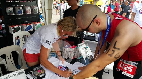 Rinny Carfrae signs an autograph for a fan at the Bataan International Marathon