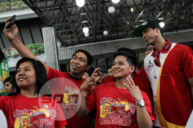 Arwind Santos poses for a wefie with fans.