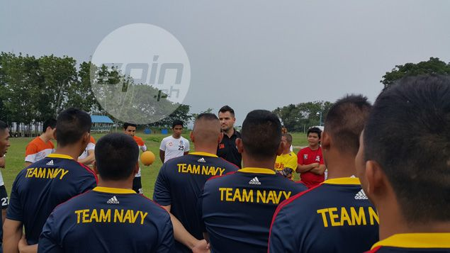 Loyola Meralco Sparks coach Simon McMenemy (center) briefs the marines, sailors and airmen during the clinic.