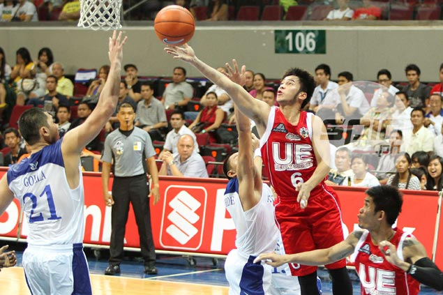 UE's Roi Sumang goes for a layup against Ateneo's Nico Elorde and Frank Golla. Photo by Jerome Ascano