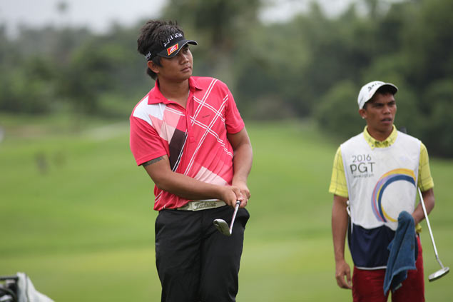 Clyde Mondilla pounces on leaders' mistakes to take lead on wild day at Riviera