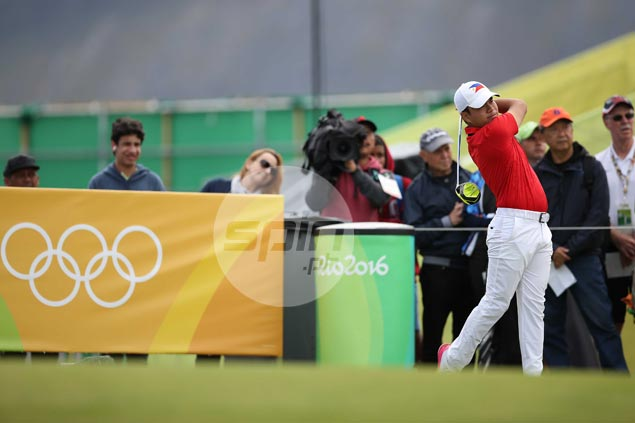Enduring pain on shoulder, Miguel Tabuena tumbles down Olympic leaderboard after a 75