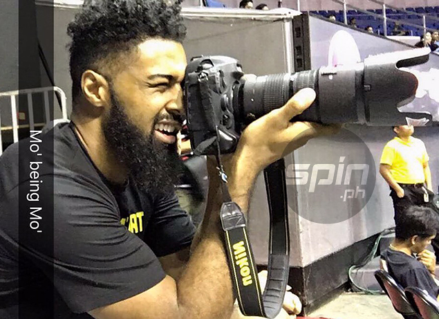 Mo Tautuaa borrows our photog's camera, clicks away. His shots ain't bad at all
