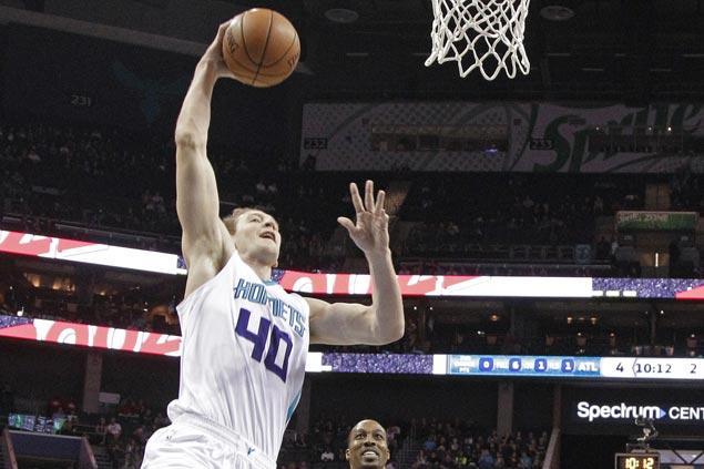 Batum, Zeller star as Hornets end Hawks' win streak at six
