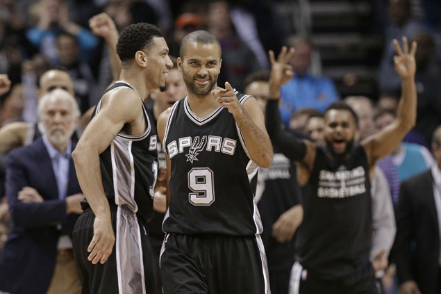 Spurs squeak past skidding Hornets to stay unbeaten on the road