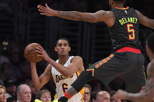 Lakers end two-game skid with victory over Hawks