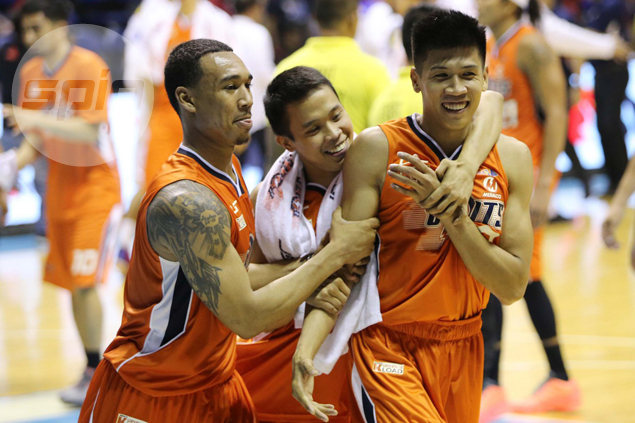 Reversal of roles for sister teams as Meralco rips TNT behind Daquioag's heroics