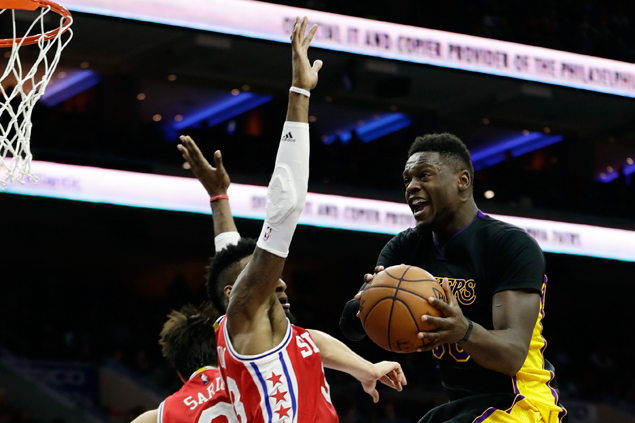 Lakers stop eight-game skid with squeaker over lowly Sixers