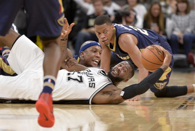 Spurs ride strong second quarter to victory over lowly Pelicans
