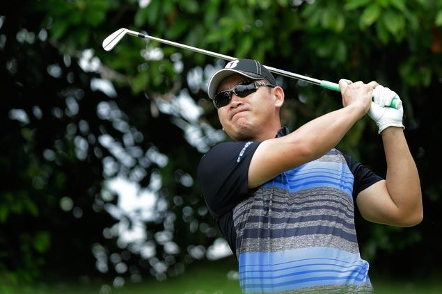 Filipino Angelo Que shoots 69 to close in on Singapore Open leaders; Tabuena in joint 14th
