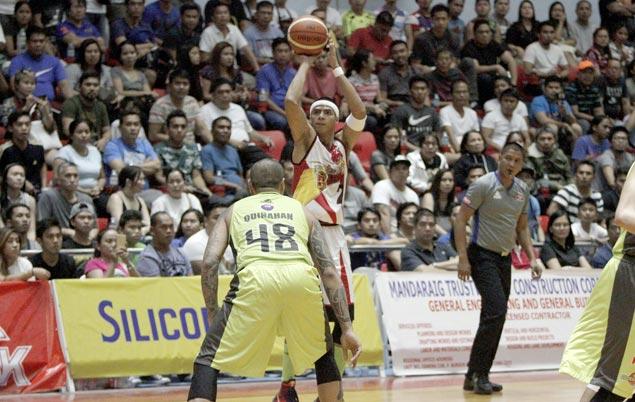 Arwind Santos caps stellar showing with clutch hits as San Miguel frustrates GlobalPort in Cebu