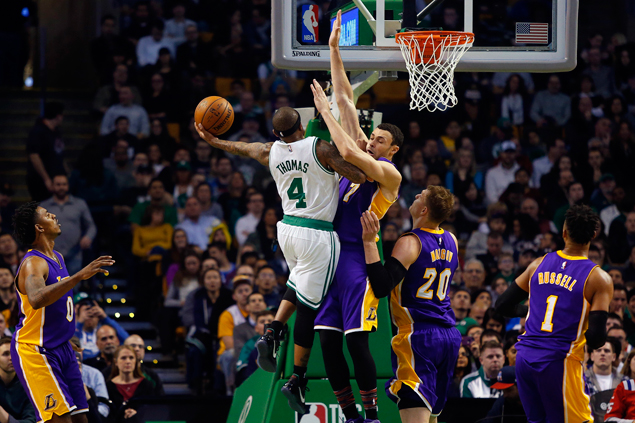 Isaiah Thomas catches fire in fourth as Celtics beat slumping Lakers