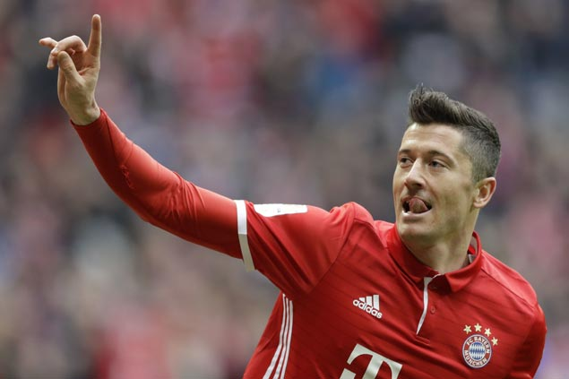 Robert Lewandowski scores hat trick as Bayern routs Hamburg