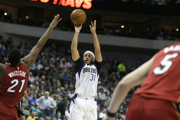 Seth Curry catches fire late to cap Mavs comeback and arrest Heat's three-game win run