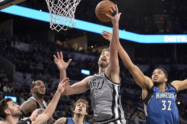 Spurs overcome sluggish start to beat Wolves and reach playoffs for 20th straight season