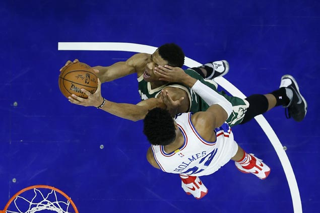Bucks score wire-to-wire win over Sixers to stretch streak